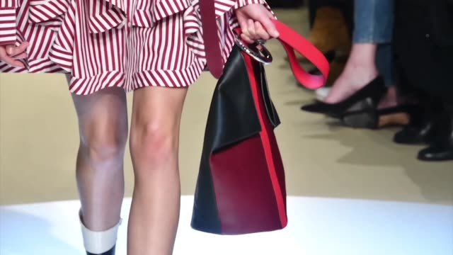 vidéos et rushes de a model walks the runway during the alexander mcqueen ready to wear fashion show as part of paris fashion week womenswear fall/winter 2018/2019 on... - collection automne hiver