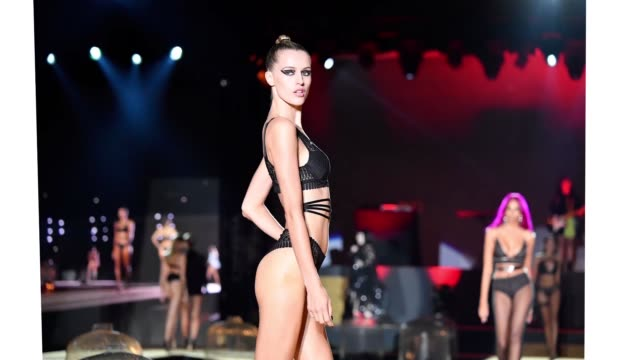 vidéos et rushes de model walks the runway during the etam winter 2019/summer 2020 show as part of paris fashion week at roland garros on september 24, 2019 in paris,... - fashion show