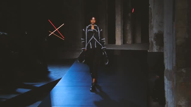 stockvideo's en b-roll-footage met a model walks the runway during the issey miyake ready to wear fall/winter 20182019 fashion show as part of paris fashion week womenswear fall/winter... - herfst winter collectie