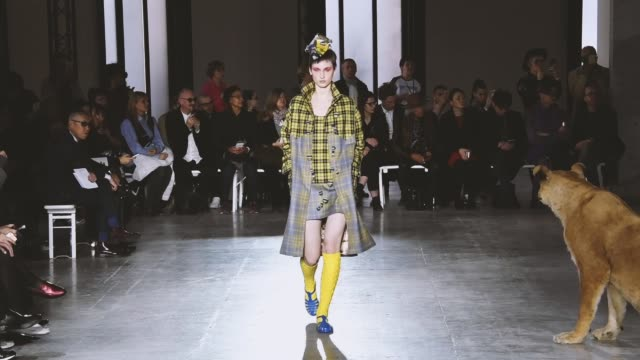 vidéos et rushes de a model walks the runway during the junko shimada ready to wear fashion show as part of the paris fashion week womenswear fall/winter 2018/2019 on... - collection automne hiver