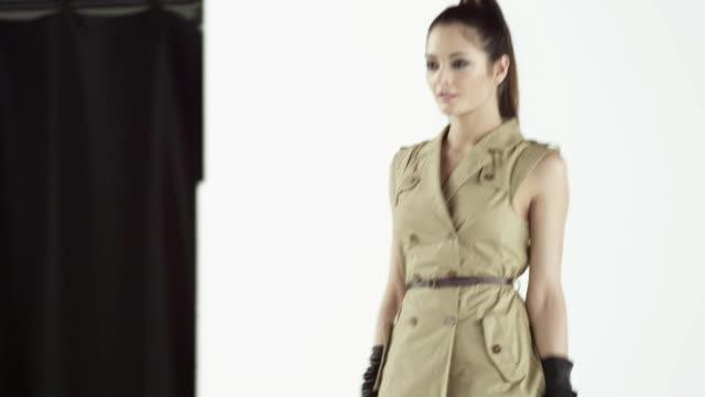 vidéos et rushes de model wearing beige dress on catwalk at fashion show - défilé