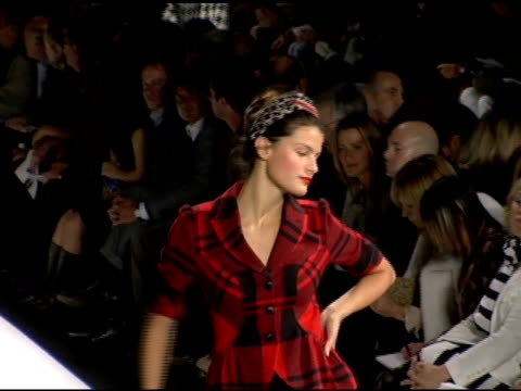 model wearing diane von furstenberg fall 2006 at the olympus fashion week fall 2006 diane von furstenberg runway at the tent at bryant park in new... - オリンパスファッションウィーク点の映像素材/bロール