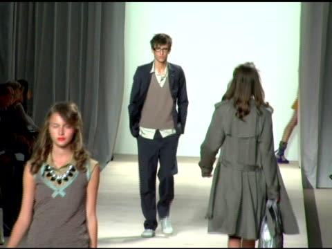 model wearing marc by marc jacobs spring 2007 at the olympus fashion week spring 2007 marc by marc jacobs runway at new york state armory in new... - オリンパスファッションウィーク点の映像素材/bロール