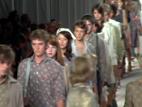 model wearing marc by marc jacobs spring 2007 at the olympus fashion week spring 2007 marc by marc jacobs runway at new york state armory in new york... - デザイナー マーク・ジェイコブス点の映像素材/bロール
