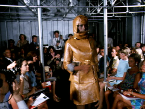 vídeos de stock, filmes e b-roll de a model wears a gold suit with a balaclava hood during a paco rabanne fashion show - gorro