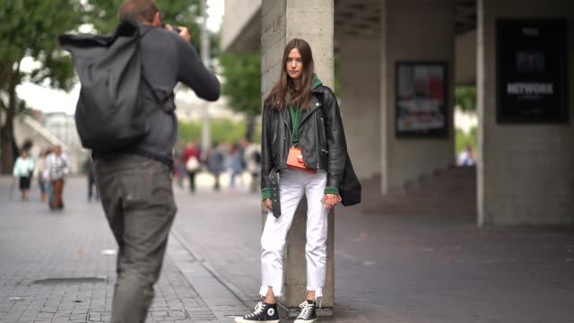 vidéos et rushes de a model wears white pants outside roland mouret during london fashion week september 2017 on september 17 2017 in london england - semaine de la mode de londres