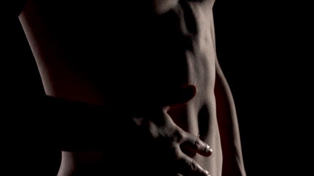 modello torso nudo