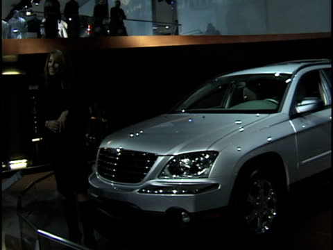 model/narrator introducing herself and the chrysler pacifica revolving on turntable / front end of car / silver front wheel / driver side window /... - narrating stock-videos und b-roll-filmmaterial