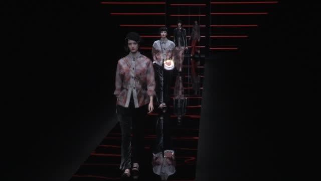 vídeos de stock, filmes e b-roll de models and designer giorgio armani on the runway for the emporio armani ready to wear fall winter 2019 fashion show in milan milan italy on thursday... - giorgio armani marca de moda