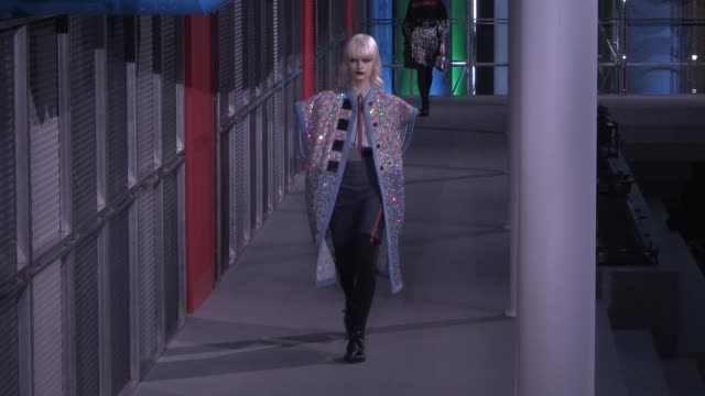 stockvideo's en b-roll-footage met models and designer nicolas ghesquiere on the runway for the louis vuitton ready to wear fall winter 2019 fashion show in paris paris france ob... - louis vuitton modelabel