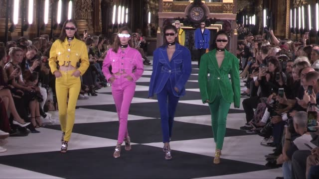 vidéos et rushes de models and designer olivier rousteing on the runway for the balmain ready to wear spring summer 2020 fashion show in paris paris, france, on friday... - fashion show