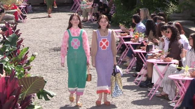 stockvideo's en b-roll-footage met models and designer on the runway for the kate spade spring summer 2020 fashion show in new york city new york city ny usa on saturday september 7... - new york modeweek