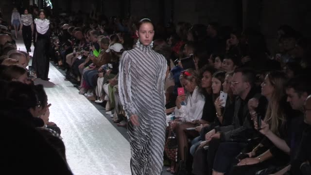 stockvideo's en b-roll-footage met models and designer on the runway for the y project ready to wear spring summer 2020 fashion show in paris paris france on thursday september 26 2019 - catwalk toneel
