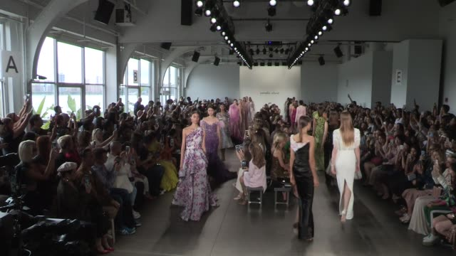 models and designer pamella roland on the runway for the pamella roland spring summer 2020 fashion show in new york city new york city ny usa on... - september 2019 nyfw点の映像素材/bロール