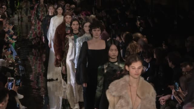 models and designer stella mccartney on the runway for the stella mccartney ready to wear fall winter 2018 fashion show in paris paris france on... - stella mccartney marchio di design video stock e b–roll
