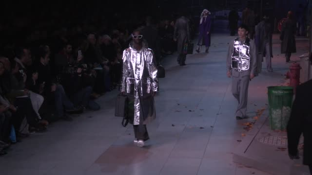models and designer virgil abloh on the runway for the louis vuitton menswear fall winter 2019 fashion show in paris - ブランド ルイヴィトン点の映像素材/bロール