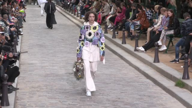 stockvideo's en b-roll-footage met models and designer virgil abloh on the runway for the louis vuitton spring summer 2020 menswear fashion show in paris paris france on thursday june... - louis vuitton modelabel