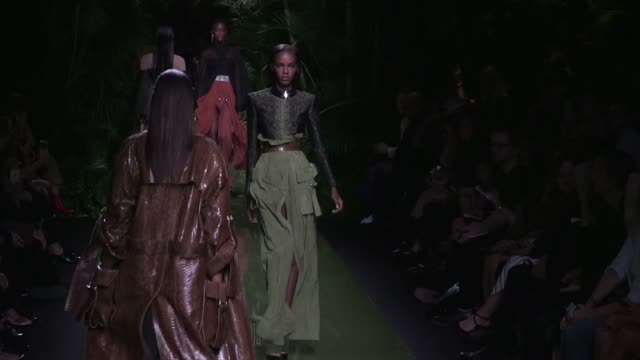 vídeos y material grabado en eventos de stock de models and the designer olivier rousteing on the runway for the balmain ready to wear fashion show spring summer 2017 in paris on september 29 2016... - 2016
