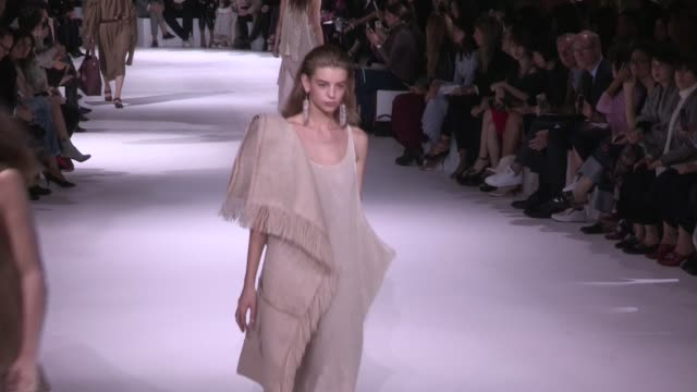 models and the designer on the runway for the stella mccartney ready to wear fashion show spring summer 2017 in paris on october 03 2016 in paris... - stella mccartney marchio di design video stock e b–roll