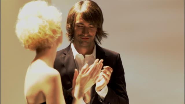 cu zo pan ms models applauding designer on catwalk, then walk backstage / london, england, uk - この撮影のクリップをもっと見る 1064点の映像素材/bロール