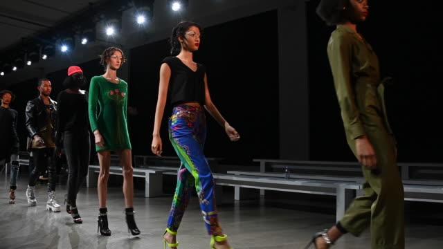 vídeos y material grabado en eventos de stock de models at new york fashion week 2019 alternative views on february 20 2019 in new york city - semana de la moda de nueva york