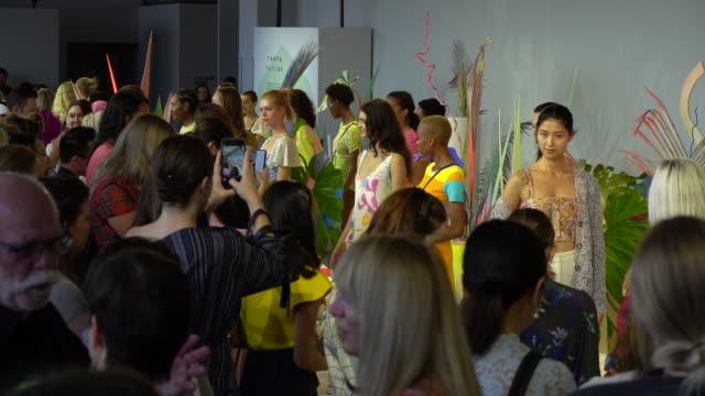stockvideo's en b-roll-footage met models at tanya taylor runway september 2019 nyfw at gallery ii at spring studios on september 08 2019 in new york city - new york modeweek