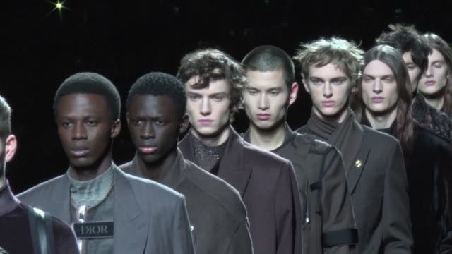models hit the runway motionless like statues on a moving conveyor belt during the dior fashion show on the fourth day of men's fashion week in paris - catwalk stock videos & royalty-free footage