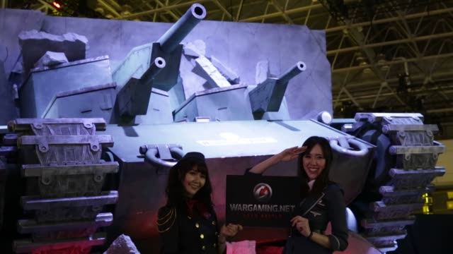 vídeos y material grabado en eventos de stock de models in costumes pose for photographers in the wargaming japan booth at the tokyo game show 2015 at makuhari messe in chiba, japan, on friday,... - concurso televisivo