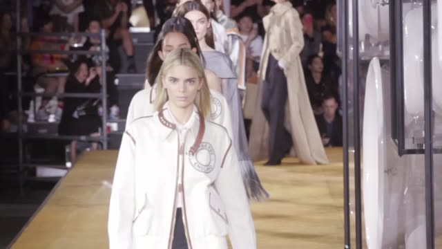 vídeos de stock, filmes e b-roll de models including kendall jenner sisters bella and gigi hadid and irina shayk walk for the burberry spring/summer 2020 show during london fashion week... - semana da moda de londres
