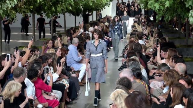vídeos y material grabado en eventos de stock de models kaia gerber and bella hadid walk the runway for the michael kors spring 2020 collection at new york fashion week - semana de la moda de nueva york