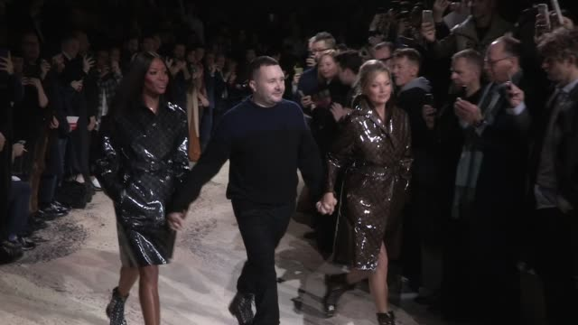 vidéos et rushes de models kate moss naomi campbell and their fellow models on the runway for the louis vuitton menswear fall winter 2018 fashion show and the last show... - semaine de la mode