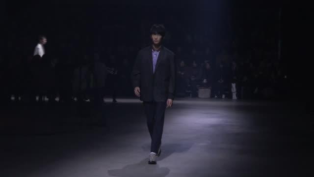 vídeos y material grabado en eventos de stock de models on the runway for the kenzo menswear fall winter 2018 fashion show in paris paris france on sunday january 21 2018 - ropa de caballero
