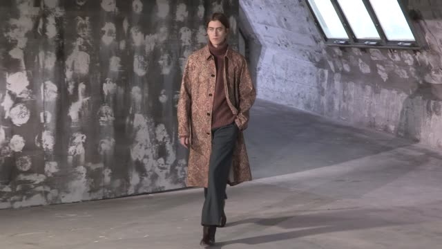 stockvideo's en b-roll-footage met models on the runway for the lemaire menswear fall winter 2018 fashion show in paris wednesday january 17 2018 paris france - catwalk toneel