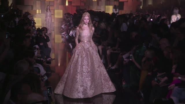 vidéos et rushes de models on the runway of elie saab haute couture fashion show in paris paris france on wednesday july 8 2015 - 2015