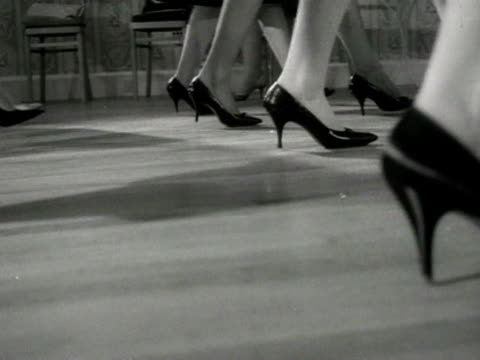 vídeos de stock e filmes b-roll de models practice walking at a deportment class at the lucy clayton modelling school - professora