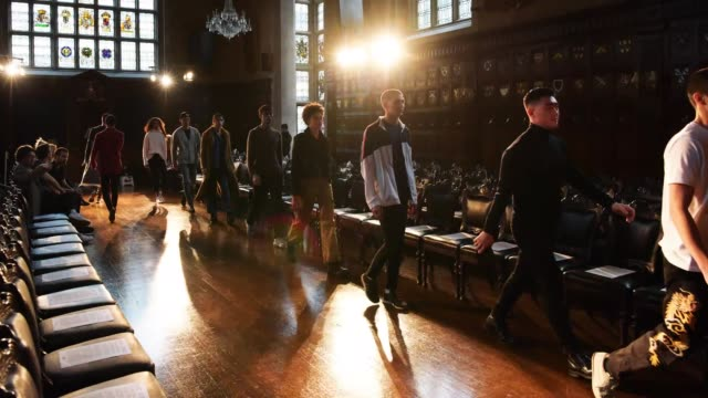 models reherse on the finale on the runway during london fashion week menswear on january 8, 2018 in london, england. - london fashion week点の映像素材/bロール