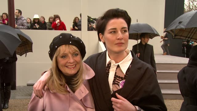 vídeos y material grabado en eventos de stock de models twiggy and erin o'conner on getting through the crowd on fashion week at the burberry prorsum london fashion week a/w 2010 red carper arrivals... - boina