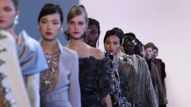 vídeos y material grabado en eventos de stock de models walk the runway at badgley mischka new york fashion week at gallery i at spring studios on february 13 2018 in new york city - semana de la moda mercedes benz
