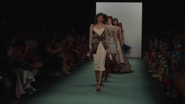 stockvideo's en b-roll-footage met models walk the runway at bibhu mohapatra september 2016 new york fashion week at the dock skylight at moynihan station on september 14 2016 in new... - moynihan station