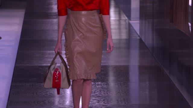 vidéos et rushes de models walk the runway at burberry lfw september 2018 on september 17 2018 in london england - burberry