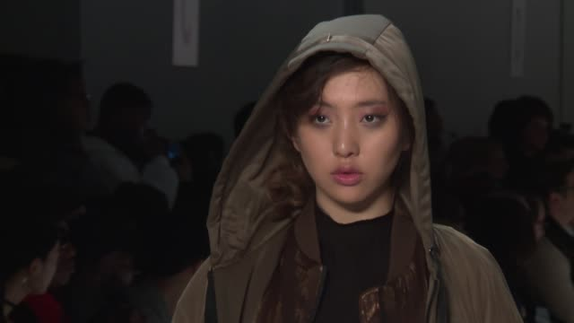 stockvideo's en b-roll-footage met models walk the runway at concept korea february 2017 new york fashion week at skylight clarkson sq on february 10 2017 in new york city - concept korea mode