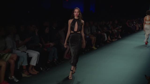 stockvideo's en b-roll-footage met models walk the runway at cushnie et ochs september 2016 new york fashion week at the dock skylight at moynihan station on september 09 2016 in new... - moynihan station
