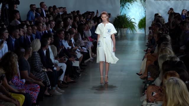 models walk the runway at dennis basso runway september 2019 nyfw at gallery i at spring studios on september 11 2019 in new york city - september 2019 nyfw点の映像素材/bロール