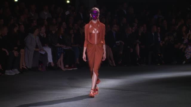 vidéos et rushes de models walk the runway at givenchy paris fashion week womenswear spring/summer 2014 models walk the runway at givenchy paris fashion on october 02... - défilé de mode