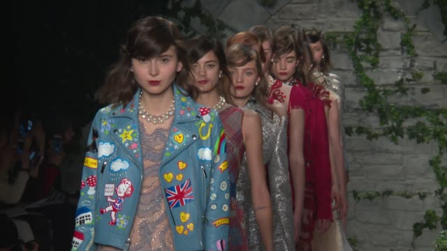 stockvideo's en b-roll-footage met models walk the runway at jenny packham february 2017 new york fashion week at skylight clarkson sq on february 12 2017 in new york city - skylight clarkson sq