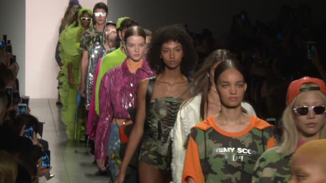 vídeos y material grabado en eventos de stock de models walk the runway at jeremy scott new york fashion week spring 2018 at tbd on september 8 2017 in new york city - semana de la moda de nueva york