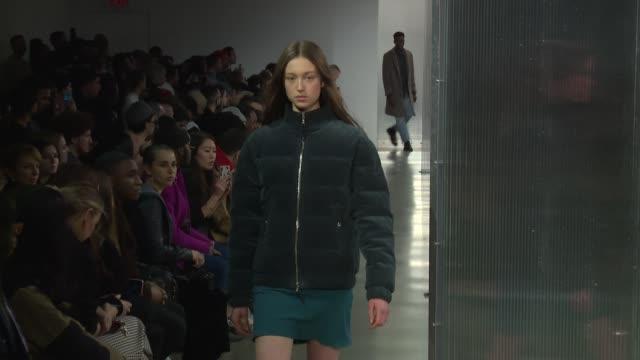 vídeos y material grabado en eventos de stock de models walk the runway at john elliott new york fashion week at gallery ii at spring studios on february 12 2018 in new york city - semana de la moda mercedes benz