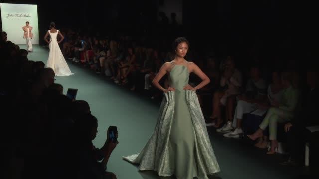 stockvideo's en b-roll-footage met models walk the runway at john paul ataker september 2016 new york fashion week at the dock skylight at moynihan station on september 13 2016 in new... - moynihan station