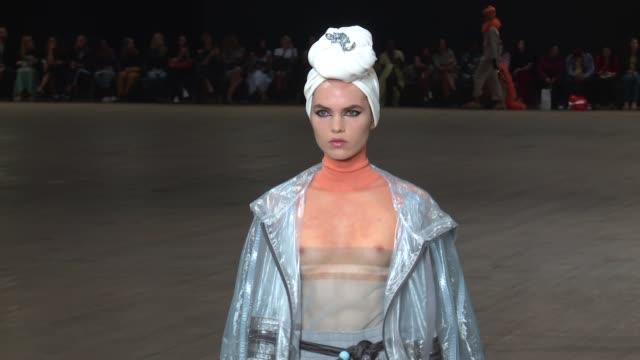 vídeos y material grabado en eventos de stock de models walk the runway at marc jacobs new york fashion week spring 2018 at park avenue armory on september 13 2017 in new york city - semana de la moda de nueva york