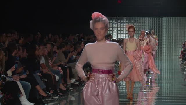 vídeos y material grabado en eventos de stock de models walk the runway at marc jacobs runway september 2018 new york fashion week at park avenue armory on september 12 2018 in new york city - semana de la moda de nueva york